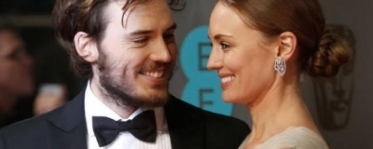 Sam Claflin comparece ao BAFTA com sua esposa, Laura Haddock